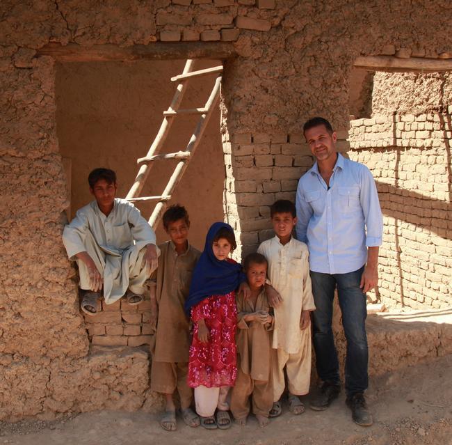 Khaled Hosseini afgán gyermekekkel